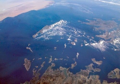 Blick von Nordost, links oben Afrika, rechts die Finger des Peloponnes - vorn Ägäis und Kykladen
